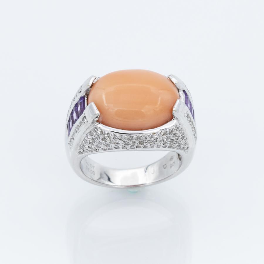Bague jonc en or gris cabochon corail ornement améthystes et diamants