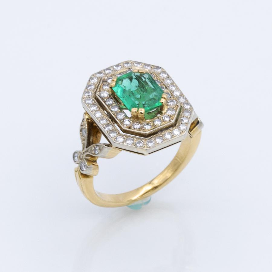 Bague 2 ors, émeraude et double rang de diamants
