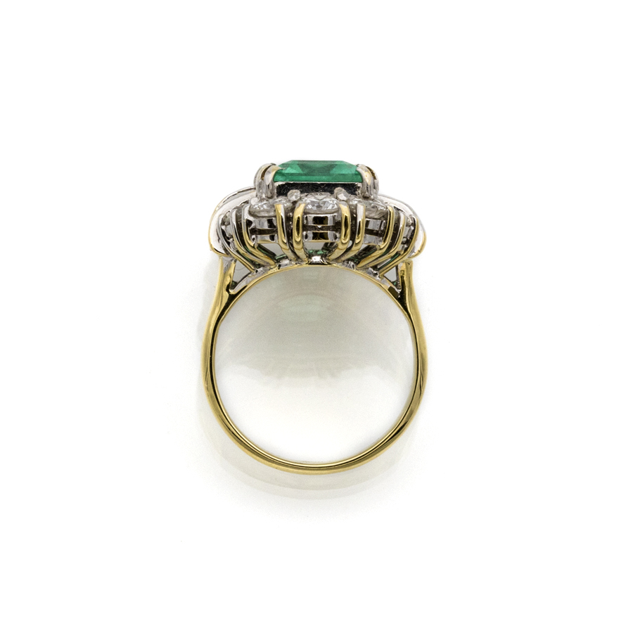 Bague en or jaune, émeraude colombienne et entourage diamants