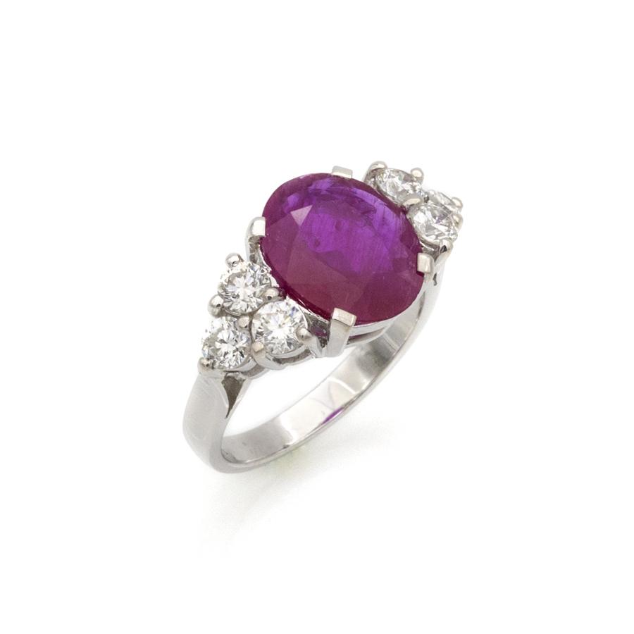 Bague en or gris, rubis rose et 6 diamants