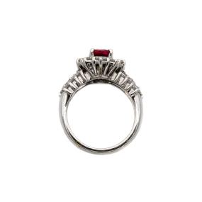 Bague entourage en or gris, 1 rubis et 28 diamants