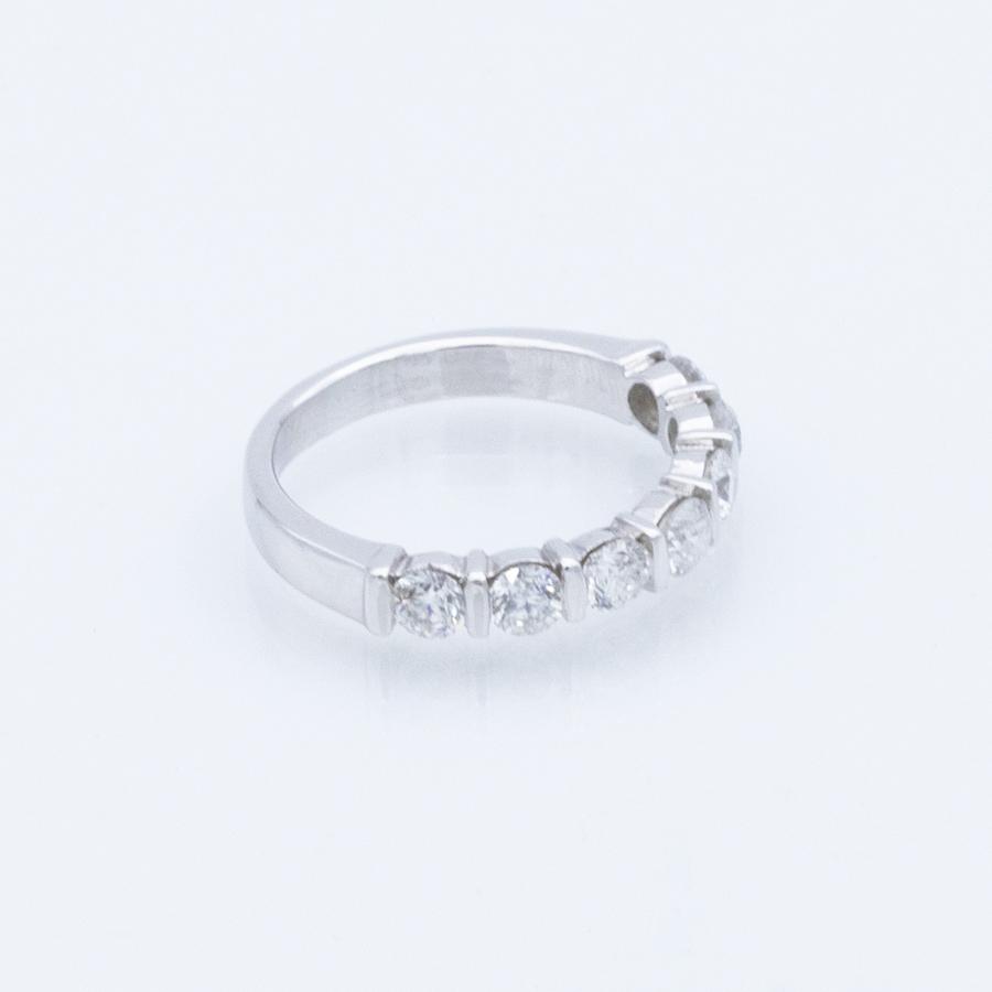 Demi-alliance en or gris et diamants