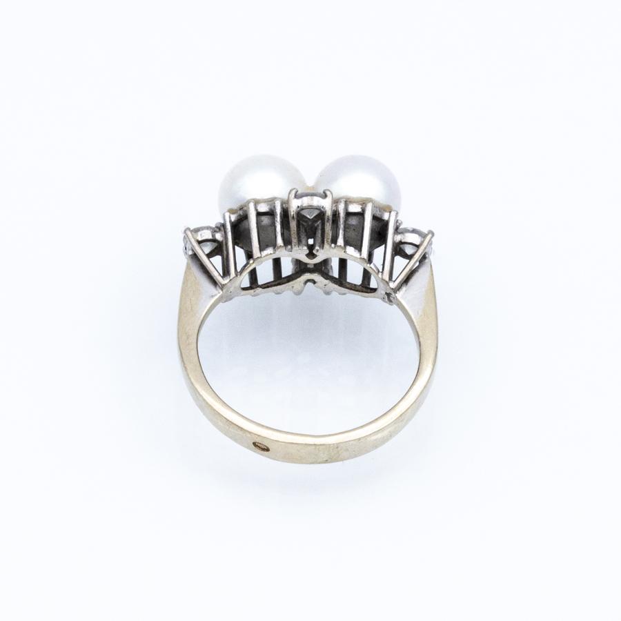 Bague en or gris, 2 perles et 4 diamants
