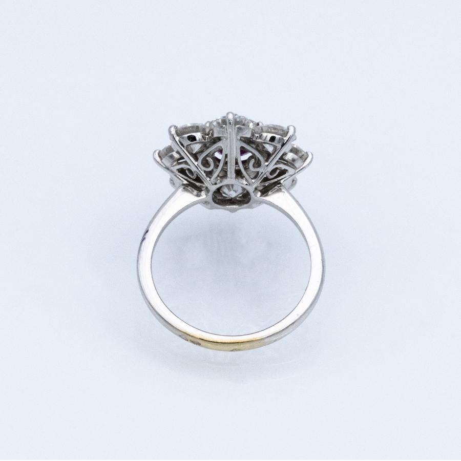 Bague entourage en or gris, 1 rubis et 8 diamants
