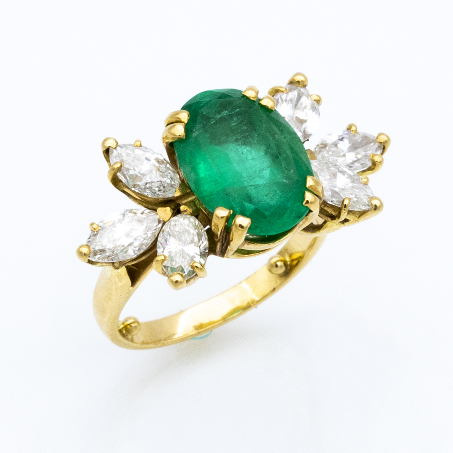 Bague griffes en or jaune, 1 émeraude et 6 diamants