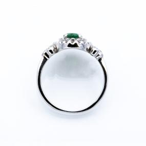 Bague entourage en or gris, émeraude et 46 diamants