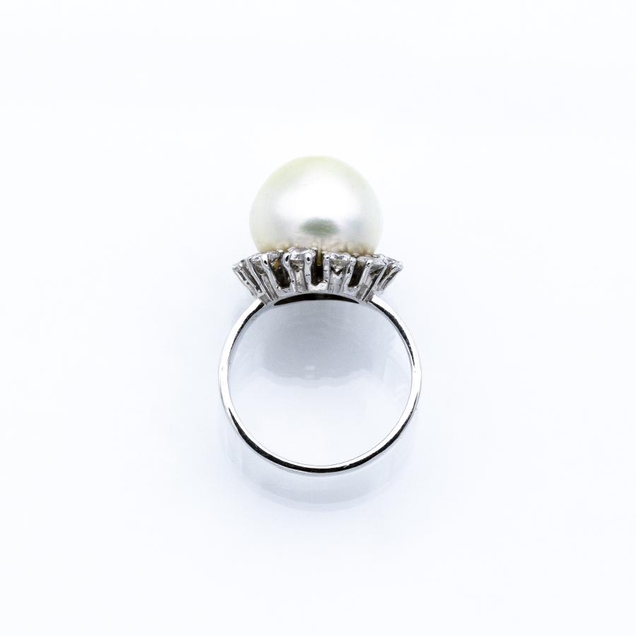Bague en or gris, perle de culture et 12 diamants