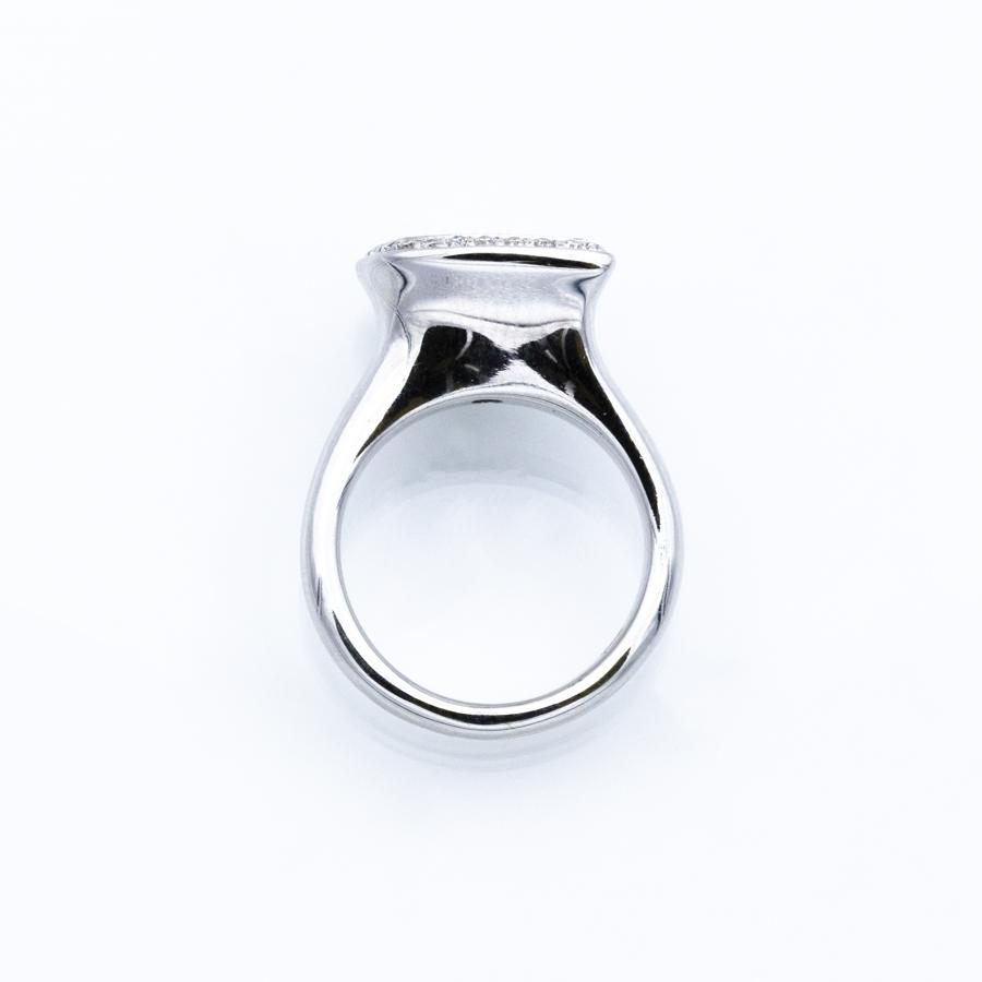 Bague en or gris, aigue marine et 23 diamants