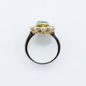 Bague entourage en or gris et jaune, diamants et émeraude