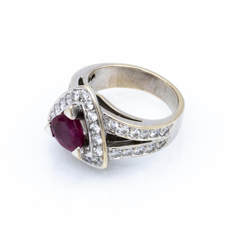 Bague entourage en or gris, 1 rubis et 37 diamants