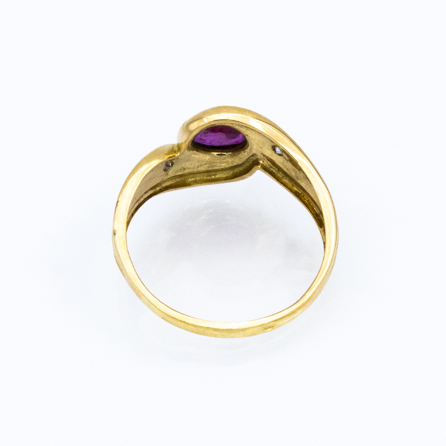 Bague torsade en or jaune, 1 rubis et 2 diamants