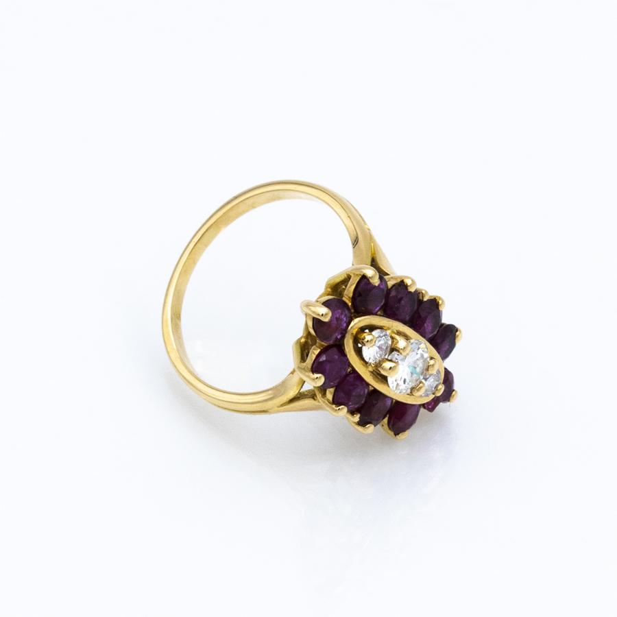 Bague entourage en or jaune, 10 rubis et 3 diamants