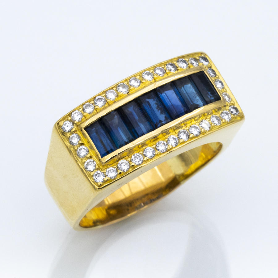 Bague rectangle en or jaune, 32 diamants et 7 saphirs