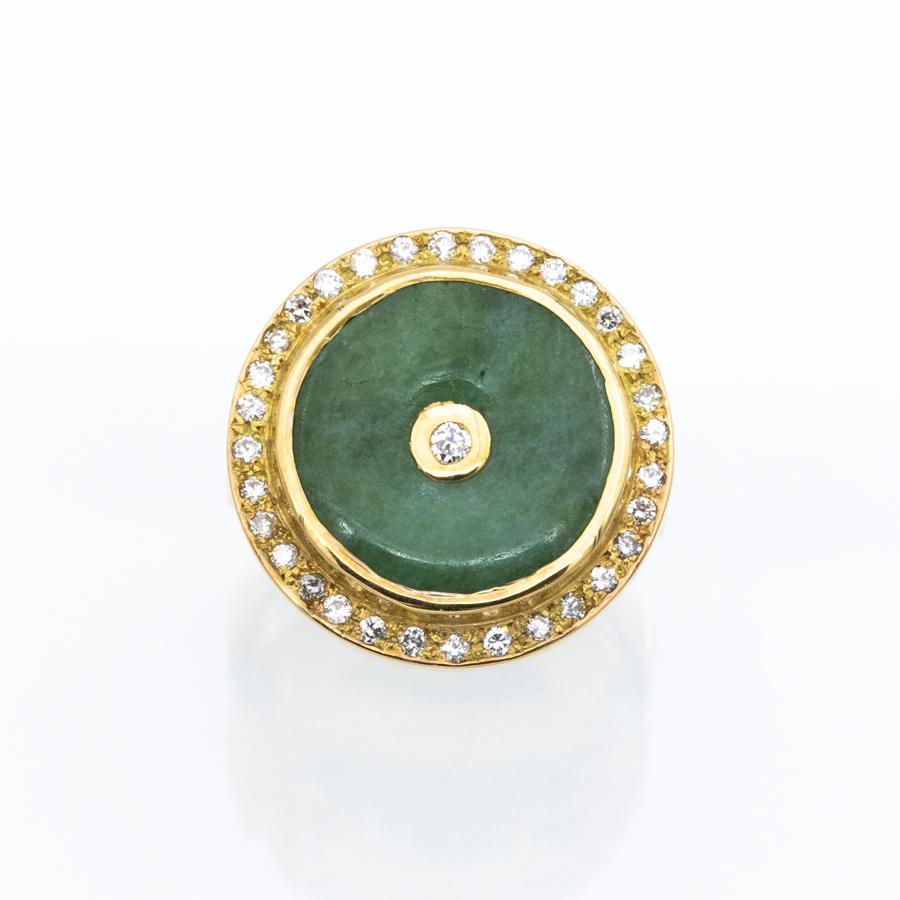 Bague ronde en or jaune, jade et 33 diamants