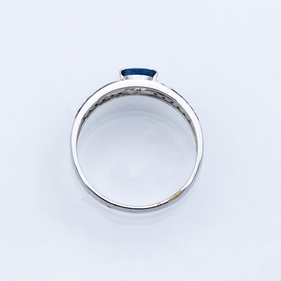 Bague jonc en or gris, 25 saphirs et 16 diamants
