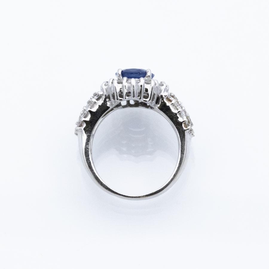 Bague en or gris, saphir et entourage 36 diamants