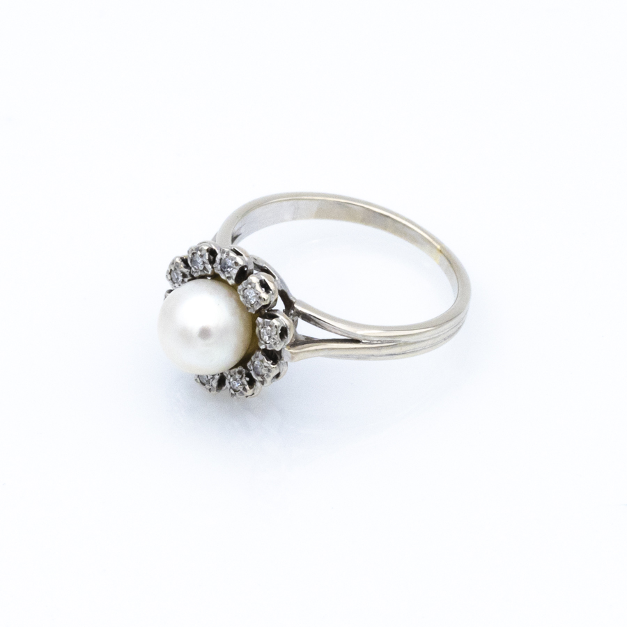 Bague en or gris, perle de culture et entourage diamants