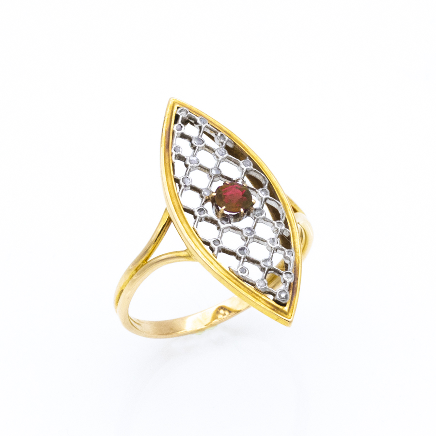 Bague navette en or jaune, rubis et 28 diamants
