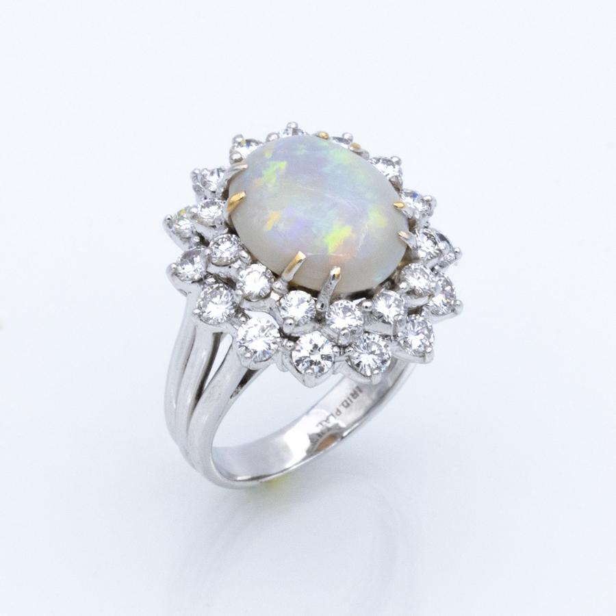 Bague marguerite en or gris, opale et 28 diamants