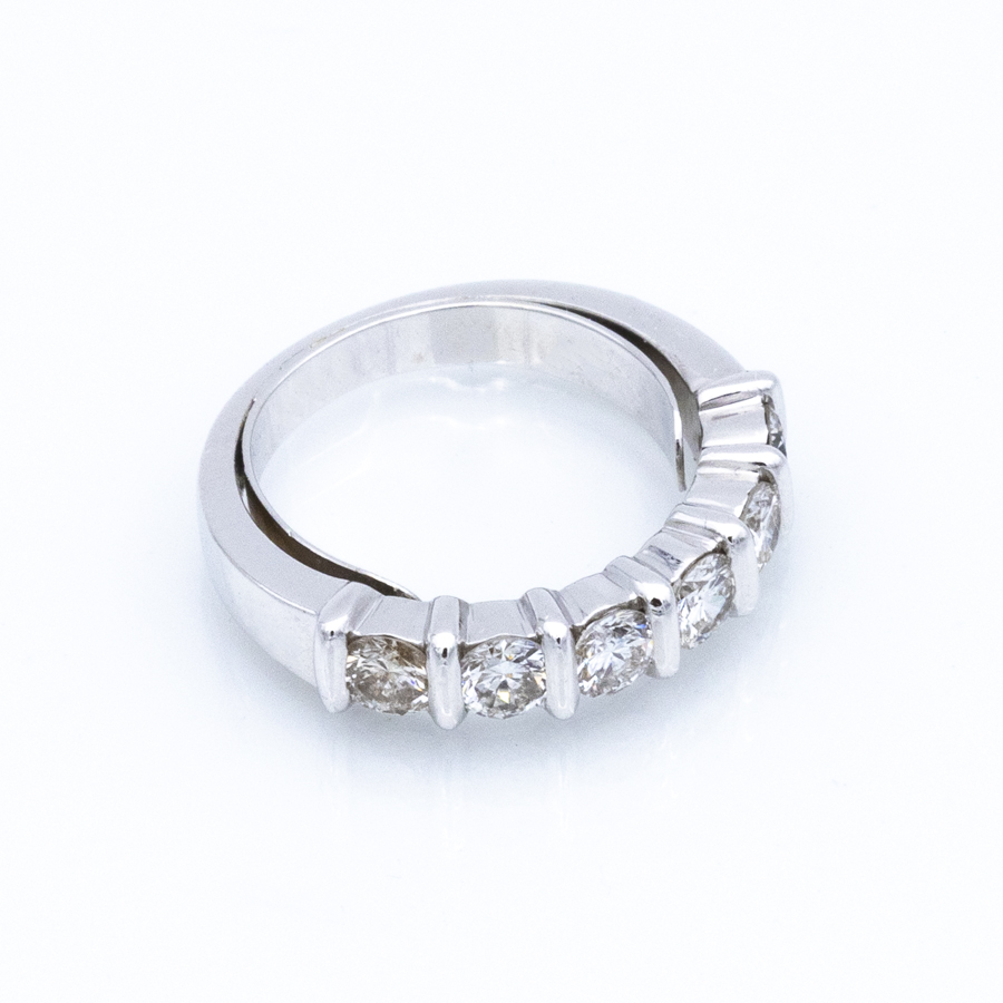 Demi alliance en or gris et 6 diamants