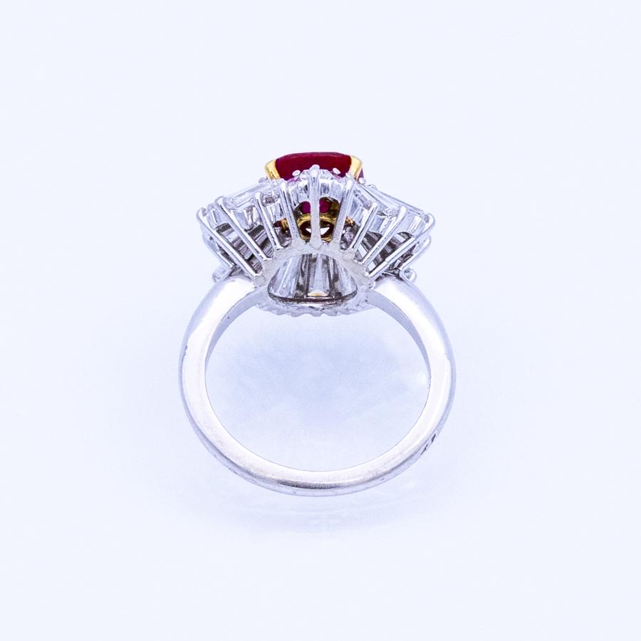 Bague jupe en or gris, 1 rubis et 20 diamants