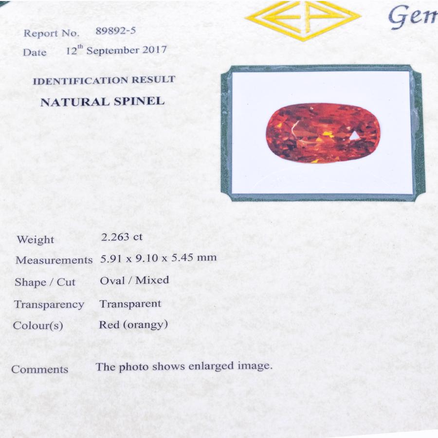 Bague navette en or gris, spinelle rouge et 36 diamants