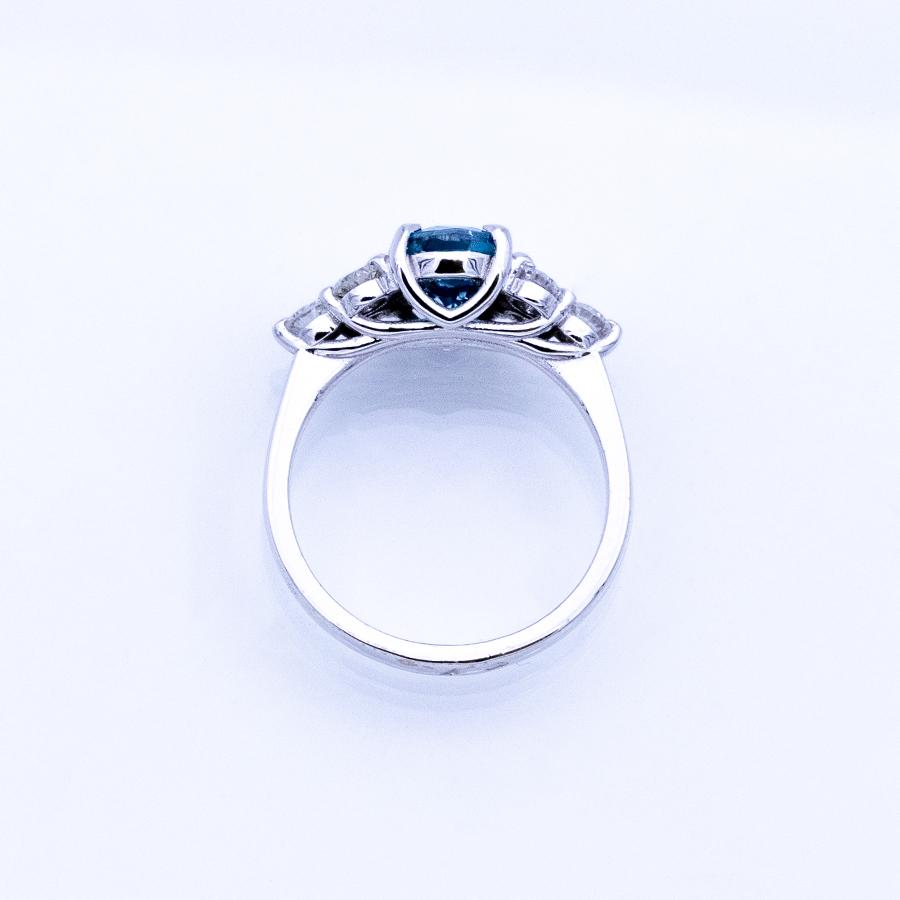 Bague en or gris, zircon bleu et 6 diamants