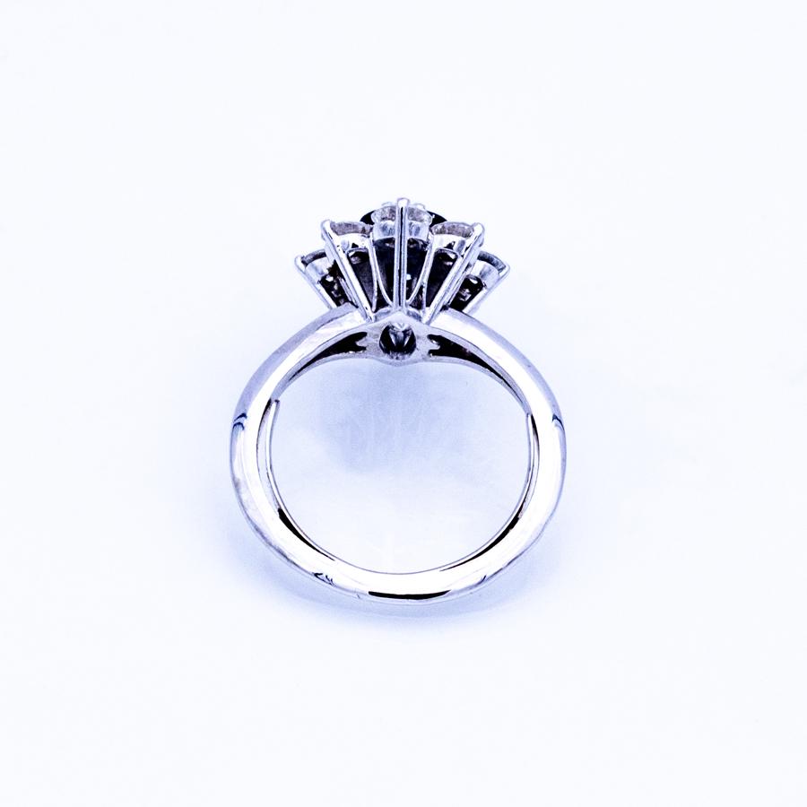 Bague marguerite en or gris, saphir et 8 diamants