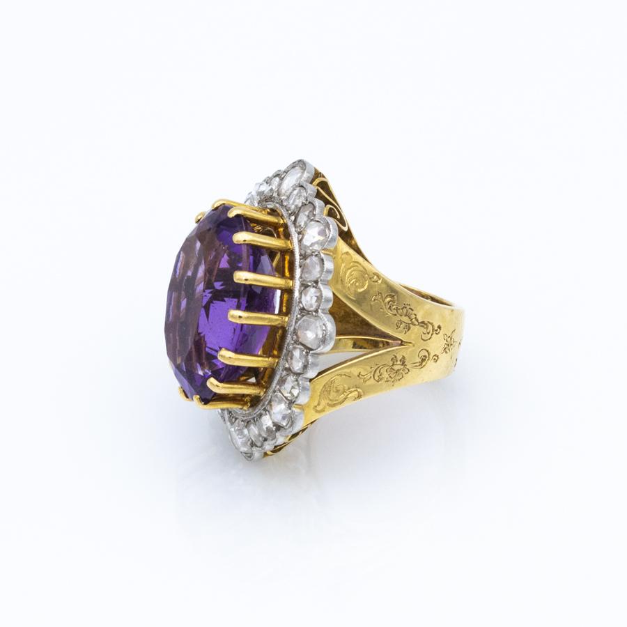 Bague en or jaune, entourage améthyste et 24 diamants