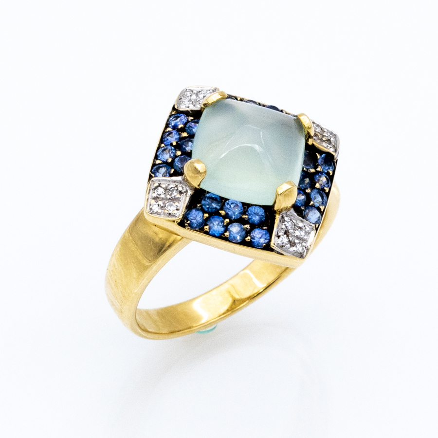 Bague en or jaune entourage de 16 diamants, 28 saphirs et 1 calcedoine