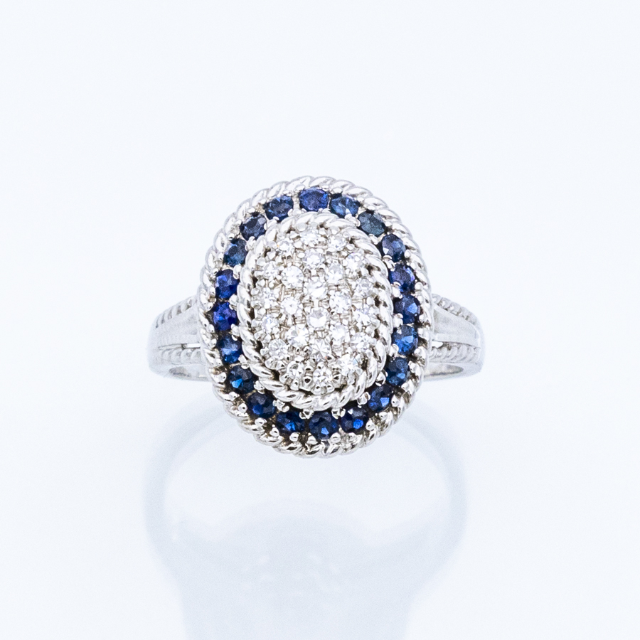 Bague entourage en or gris, 20 saphirs et 24 diamants