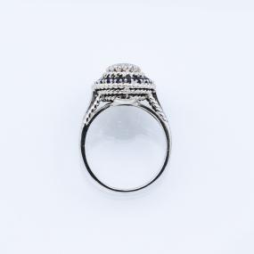 Bague entourage en or gris, 20 saphirs et 24 diamants