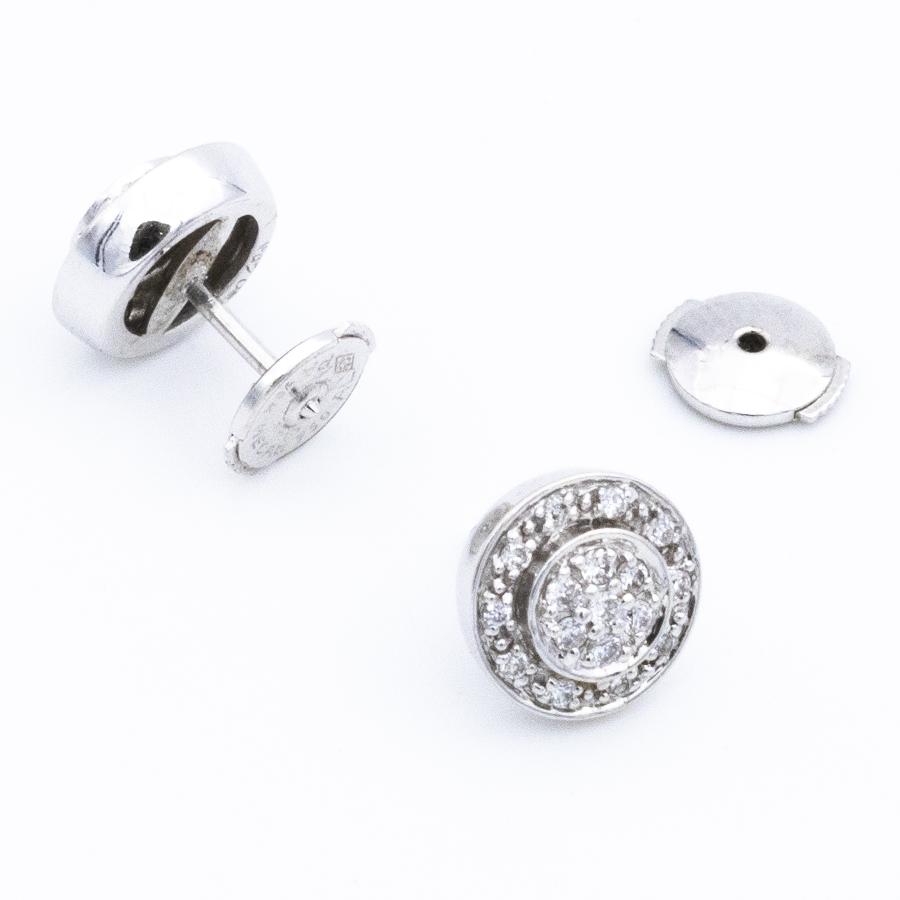 Boucles d'oreilles puces en or gris et pavage de diamants