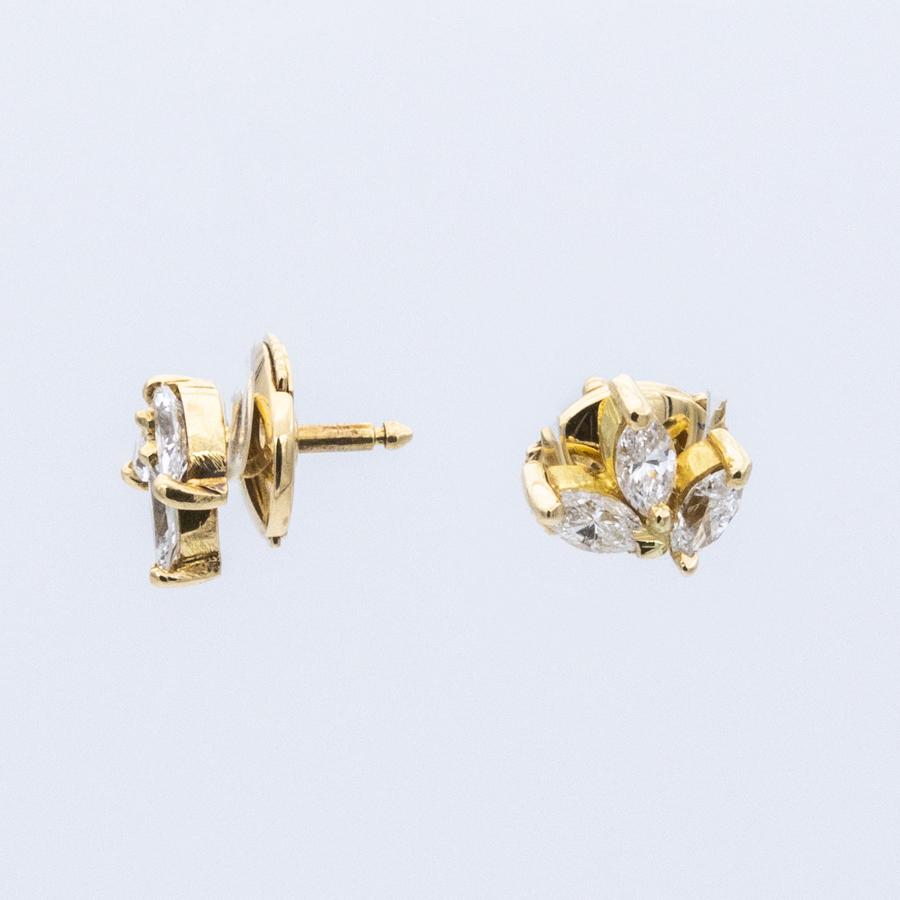 Boucles d'oreilles puces en or jaune et 6 diamants