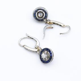 Boucles d'oreilles dormeuses en or gris, 8 diamants et 28 saphirs