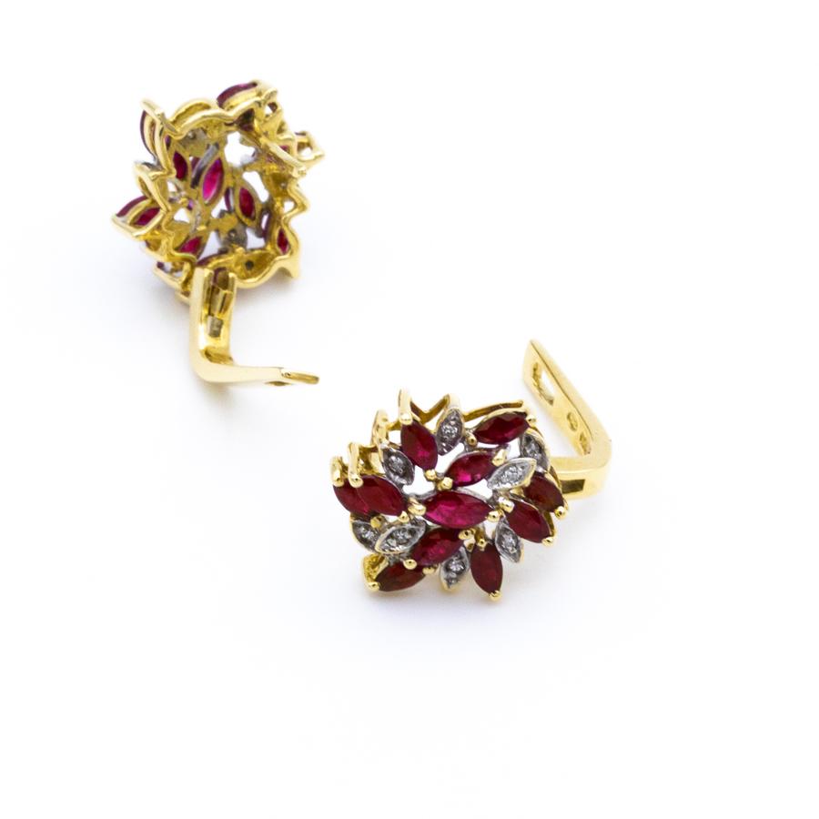 Boucles d'oreilles dormeuses en or jaune, 20 rubis et 14 diamants