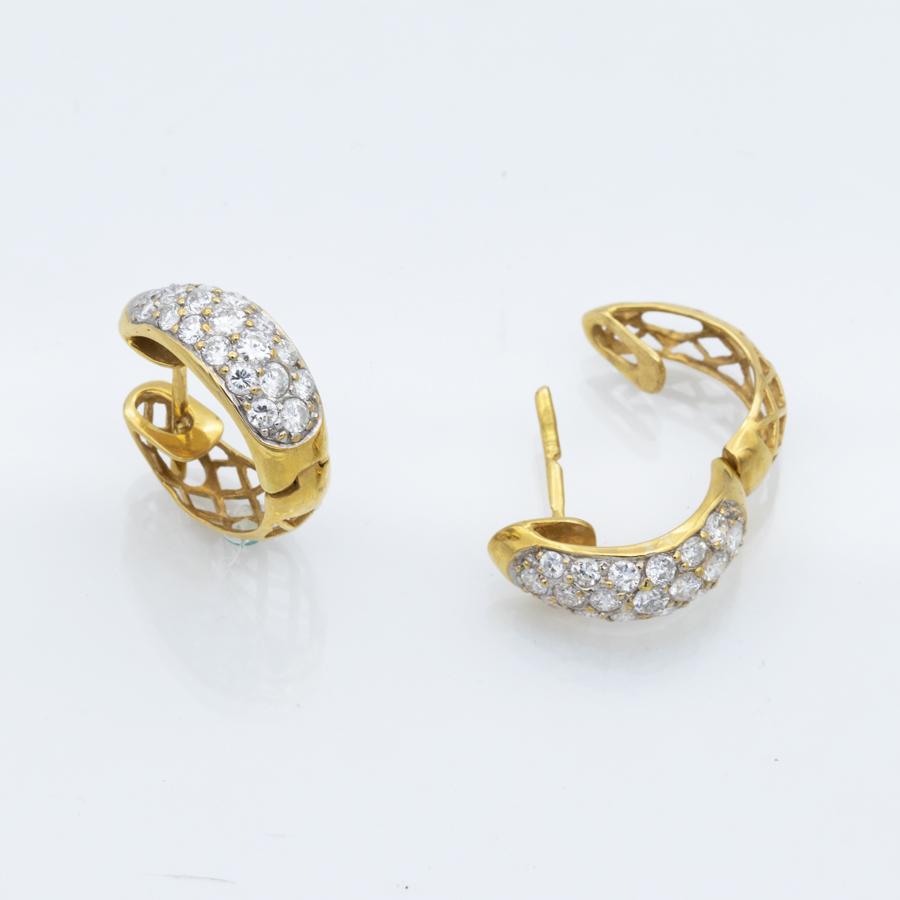 Boucles d'oreilles en or jaune et pavage de diamants