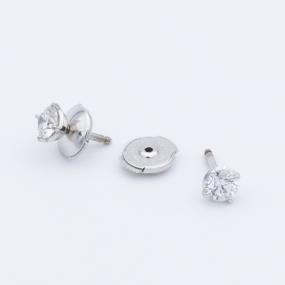 Boucles d'oreilles puces 4 griffes en or gris et diamants