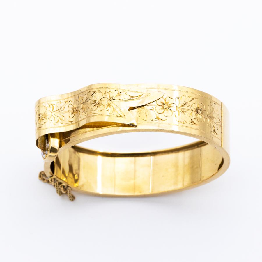 Jonc ouvrant gravé en or jaune et perles