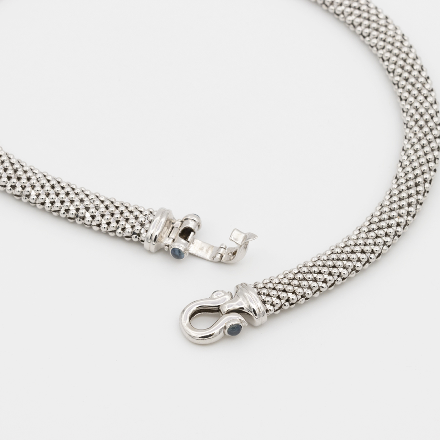 Collier semi rigide en or gris et saphirs